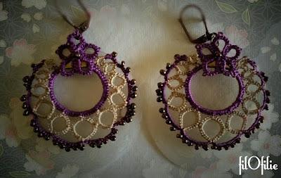 Boucles d'oreilles en frivolité, dentelle aux navettes, réalisées avec double crochetage autour d'un anneau en métal