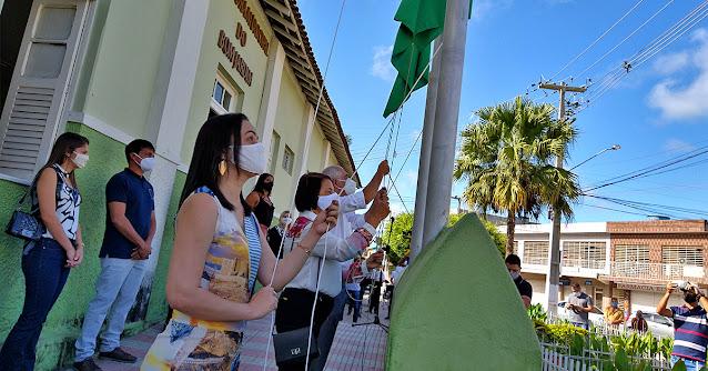 Secretária de Educação do Bom Jardim Mirian Cavalcante Hasteando Bandeira de Bom Jardim PE