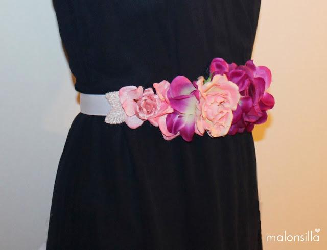Vista de perfil del cinturón de flores Ulia con vestido azul marino