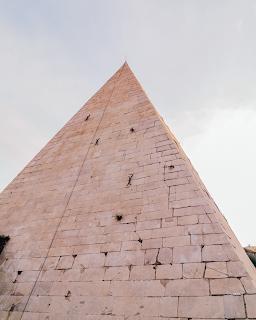Pirâmide de Céstio, Roma