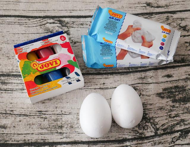 Na zdjęciu widnieją produkty JOVI, które są potrzebne do wykonania pisanki.