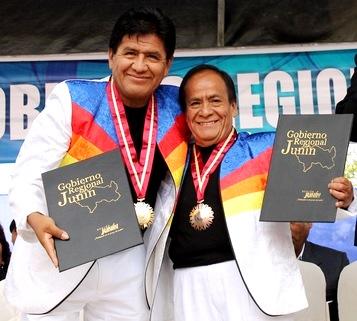 Foto de Los Shapis felices con premio o reconocimiento