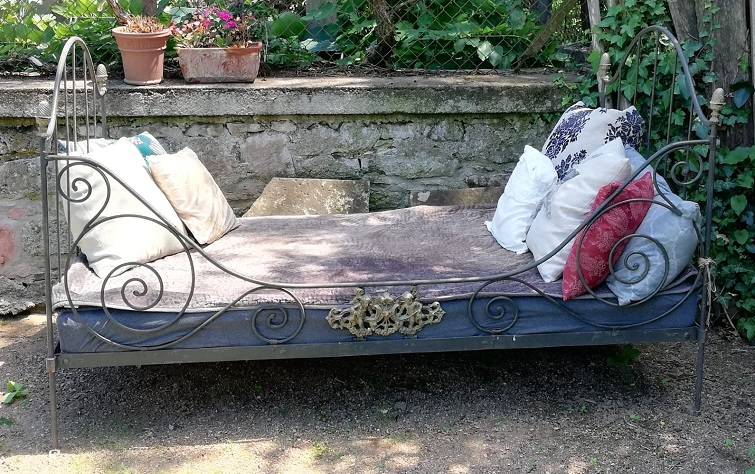 Ein Eisenbett im Garten