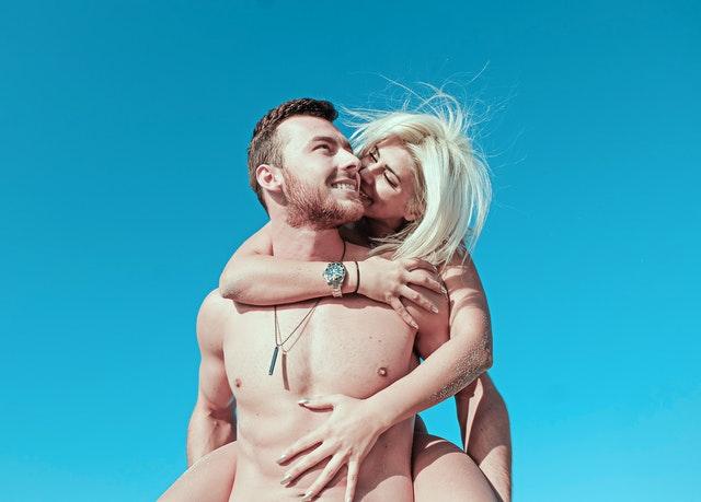 Kostenlose Gute Sex Dating Seiten können heutzutage leicht per Knopfdruck von allen tiefgründigen Suchmaschinen gefunden werden, die Sie verwenden. Insbesondere einige dieser Prämie Sex Dating Seiten, die Ihnen umfangreiche zusätzliche Funktionen auch zu Ihren Gunsten bieten, sind unten aufgeführt.    Stellen Sie sicher, dass Sie am richtigen Ort sind, wenn Sie etwas Zeit verbringen möchten. Es gibt so viele gefälschte billige Websites, die viele betrügerische Aktivitäten ausführen, um Menschen zu betrügen und an Popularität zu gewinnen. Kostenlose Sex Dating Seiten haben viele Möglichkeiten, mit der regelmäßigen Besucherzahl, die sie täglich erhöhen, Geld zu verdienen. Wenn sich die Anzahl der wiederholten Besucher auf eine große Anzahl erhöht, werden sie auf mehr als ein paar Arten kommerziell profitiert, um einen ganzen Haufen Geld damit zu verdienen. Eigentlich ist der Name frei Sex Dating Seiten selbst so etwas wie ein Köder für den Fisch. Sie verdienen Geld mit Ihren Besuchen, Kommentaren und Interaktionen auf ihren Websites.    Um sicherzustellen, dass Sie ihre Seiten regelmäßig besuchen, müssen sie eine Menge moralischer und unmoralischer Mittel einsetzen, um Ihre Anziehungskraft zu steigern. Dies tun sie zusammen mit der Zusammenarbeit einiger billigerer Huren und Gigolos, um Sie zu unterhalten. Ja, es passiert auf vielen kostenlosen Websites. Sie sollten in der Lage sein, diskret zwischen den richtigen Arten von Websites zu unterscheiden, die für Ihre Anforderungen geeignet sind. Entweder benötigen Sie eine Pornoseite oder eine Sex Dating-Seite. Dies liegt an der Tatsache, dass einige dieser kostenlosen Sex Dating Seiten die Aufgaben dieser Pornoseiten tatsächlich indirekt ausführen, um den Verkehr anzuzapfen.