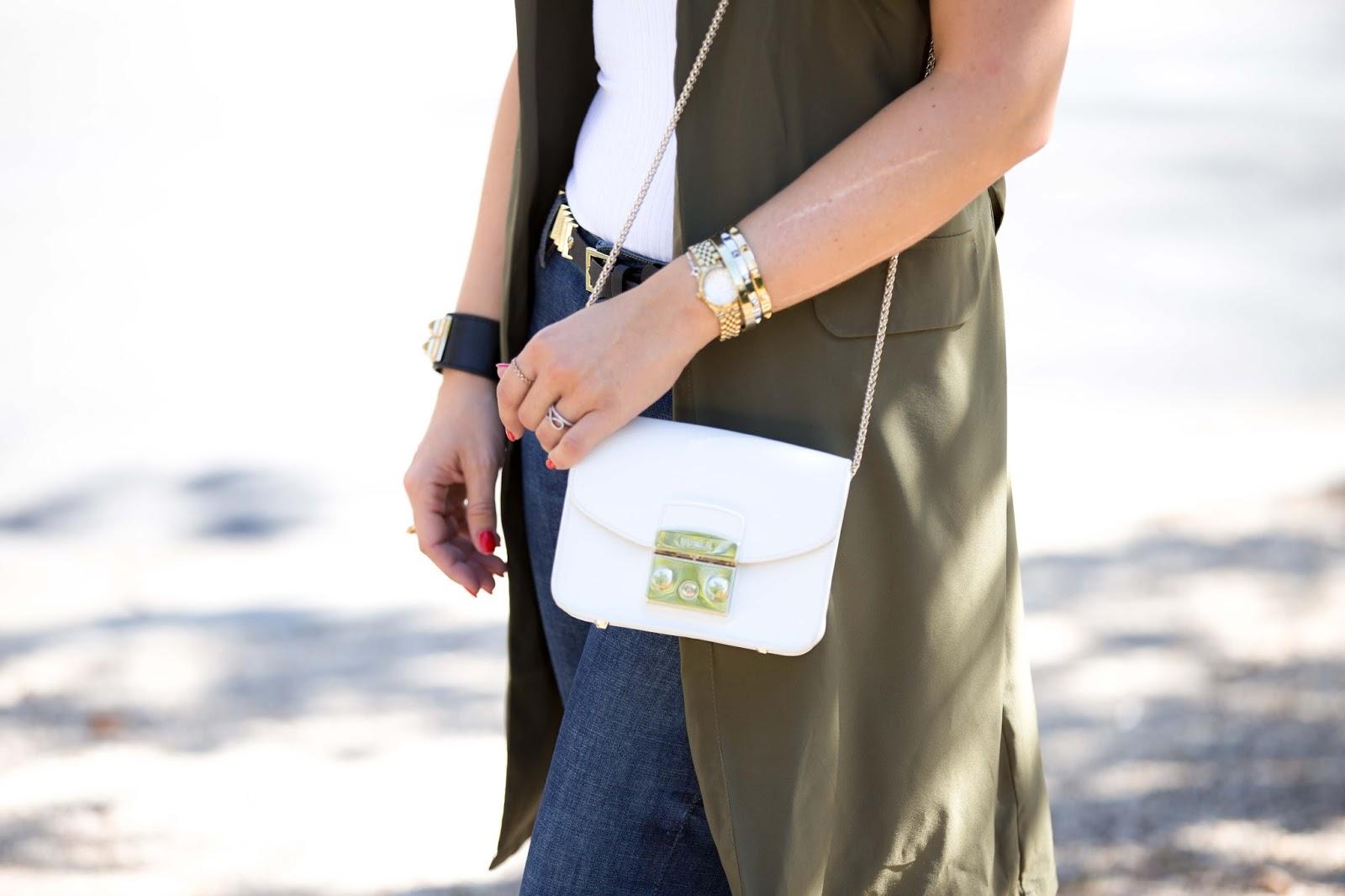 Fashionstylebyjohanna Details -Details Furla Tasche -Khaki Weste -Pinke Adidas Schuhe-blogger mit Locken -My Colloseum - Fashionstylebyjohanna-Herbstlook Blogger-fashionblog-Deutsche Blogger-Blogger aus Deutschland
