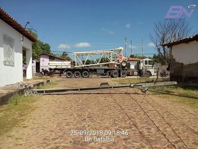 Carreta derruba 4 postes e deixa várias casas sem energia no centro de Batalha
