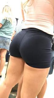 Hermosa sexy chava usando shorts entallados