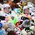 Πενσυλβάνια: «Βροχή» από 45.650 αρκουδάκια σε αγώνα χόκεϊ (video)