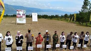 Video: Kapolres Samosir Bagi Sembako dan Tanam Jagung Bersama Rakyat