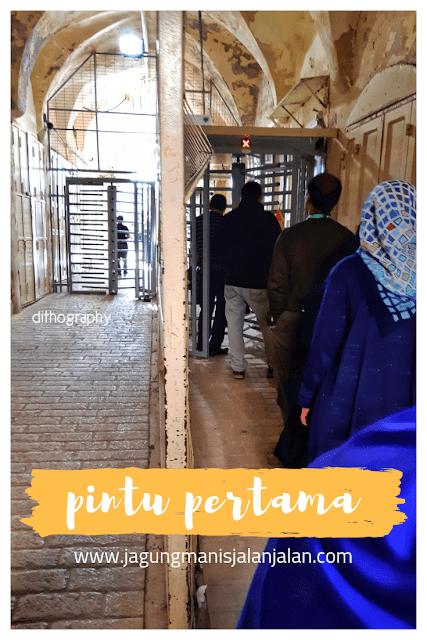 pintu pemeriksaan masjid ibrahimi hebron palestina
