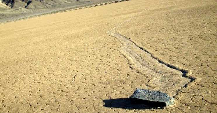 Bir fikre göre yürüyen kayalar gün içerisinde buzları çözüldükçe ilerliyor.