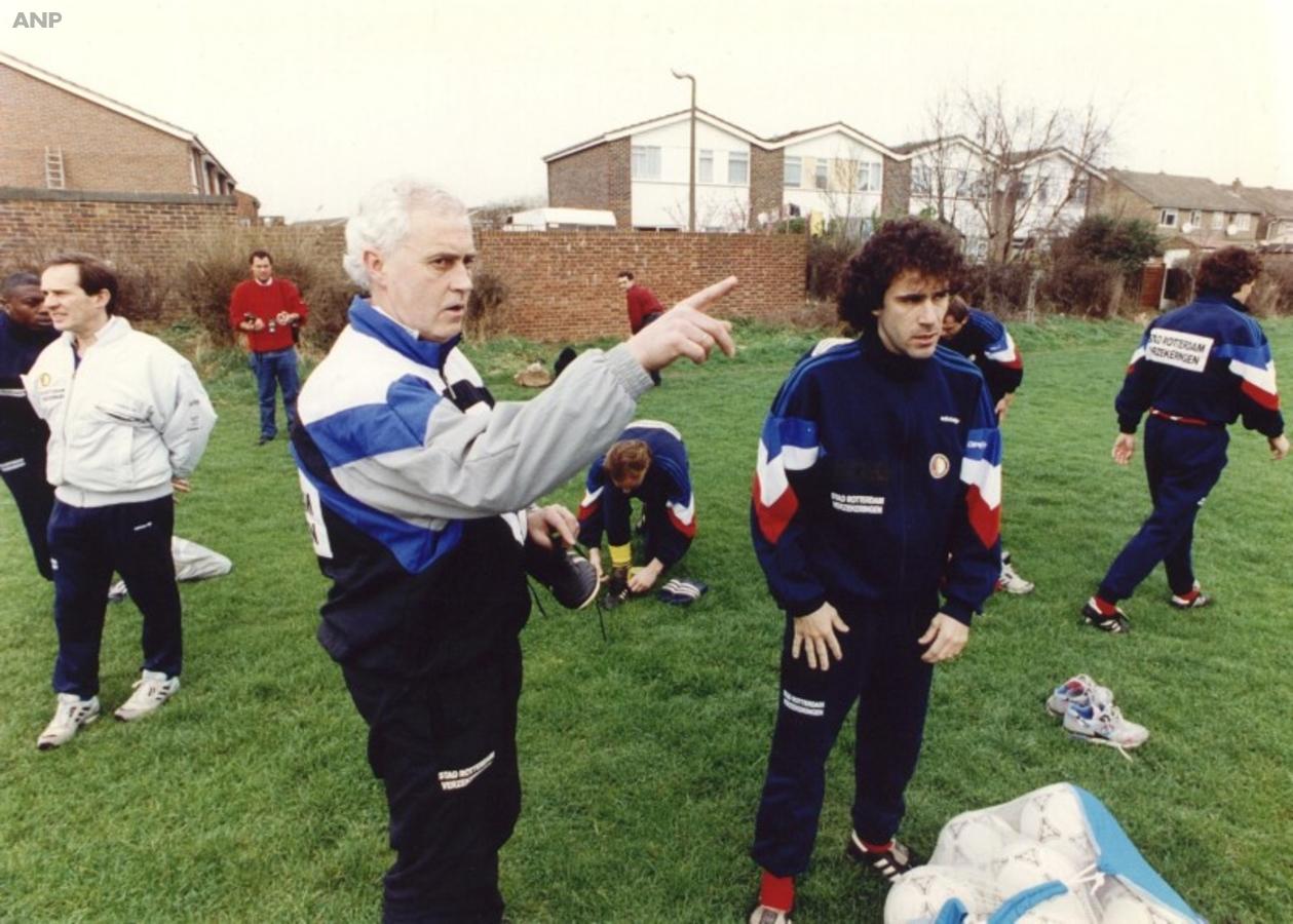 Hans Dorjee leidt voor de wedstrijd tegen Tottenham een training in Londen
