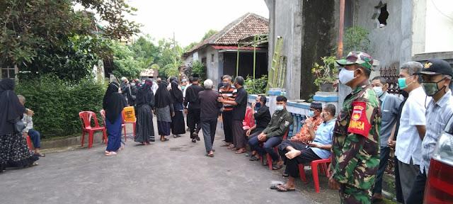 Babinsa Pandeyan Koramil 02 Tasikmadu Melaksanakan Takziah di Wilayah Binaannya
