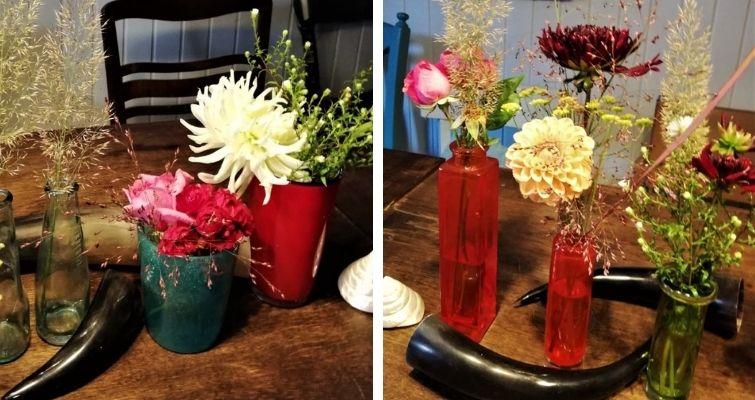 Blumen und Blüten als Deko auf dem Tisch