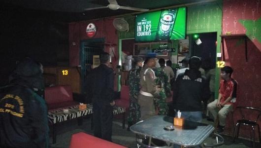 Razia, Satpol PP Padang Amankan 10 Wanita dan Puluhan Botol Minol