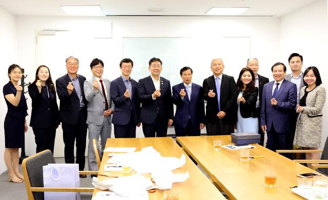 Các đại biểu tham dự buổi hội đàm chụp hình lưu niệm.