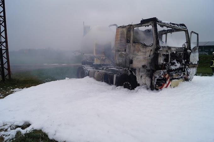 Lastwagen brennt nach technischem Defekt in Raguhn