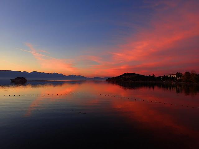 Czerwony zachód słońca nad jeziorem Ochrydzkim