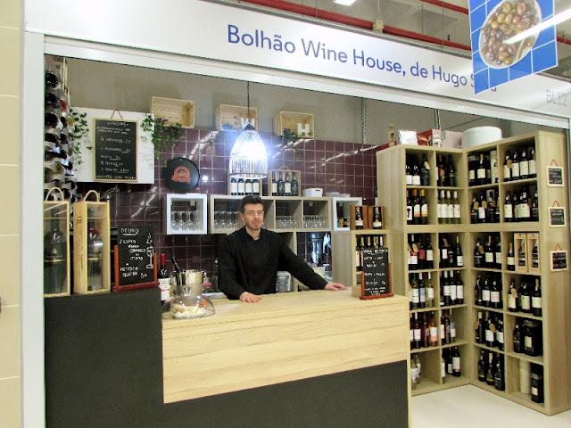 Jovem num Wine Bar no Mercado Temporário do Bolhão
