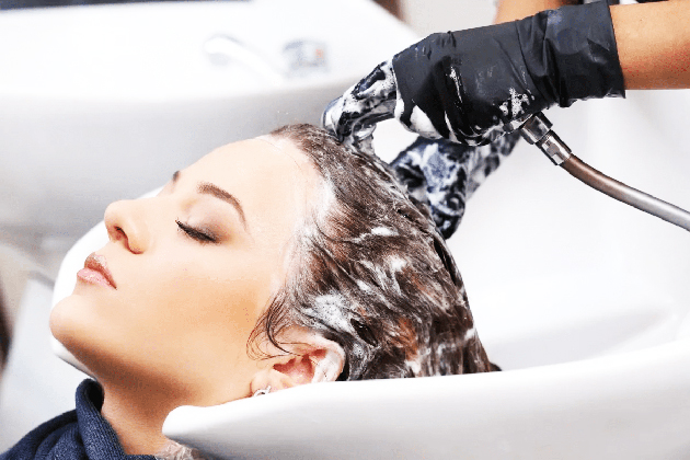 Gambar Mencuci rambut dapat menghilangkan kotoran, debu, dan asap yang mungkin melekat