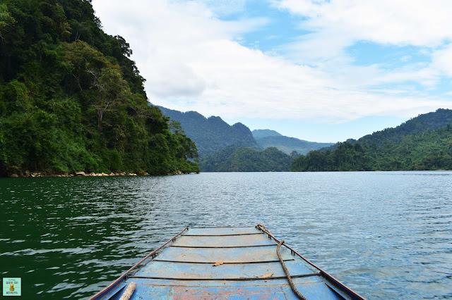 Paseo en barca en el lago Ba Be, Vietnam