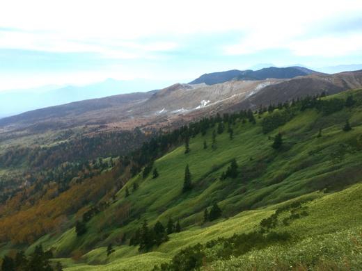 優しく穏やかな芳ヶ平の向こうには、荒涼とした火山の空気をたたえた草津白根山の姿が見えます。