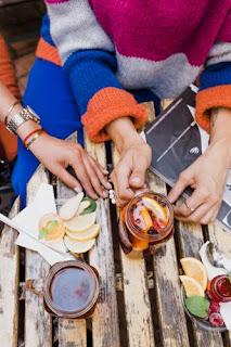 sweter, kolorowe stylizacje, maxi spódnica, stylistka, stylistka poznań, weranda, zielona weranda, jesień, jesienne stylizacje, moda, styl, herbata, spotkanie, kolor, autumn, autumn style, look, lookoftheday, caffe