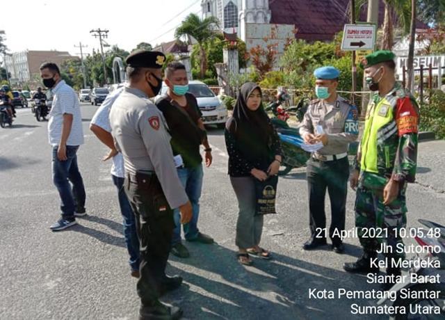 Dengan Ramah Personel jajaran Kodim 0207/Simalungun Laksanakan Penegakan Disiplin Protokol Kesehatan