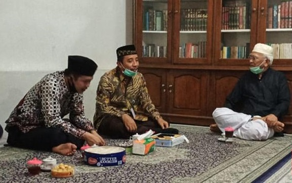 Setelah Dikritik, Bupati Rembang Akhirnya Sowan ke Gus Mus Perihal Alun-alun Tanpa Bendera