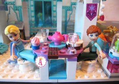 Анна и Эльза Лего сидят за столиком на кухне замка