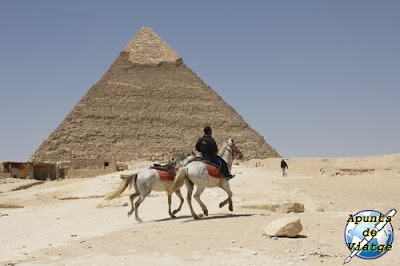 Puede cabalgarse junto a las pirámides alquilando un caballo