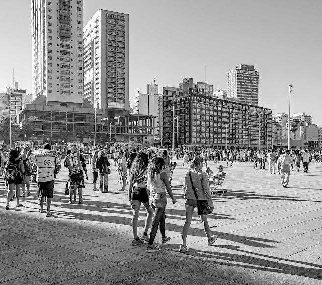 Gente caminando por la rambla de Mar del Plata.B&W