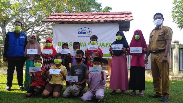 Laznas Rumah Yatim Salurkan Beasiswa Bagi Anak di Desa Dosan-Riau