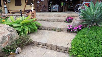 Escada de pedra folheta, pedra paralelepípedo e pedra rachão de granito.