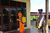 Cegah Covid-19 Brimob Aceh Semprotkan Disinfektan di Lingkungan Batalyon A Pelopor