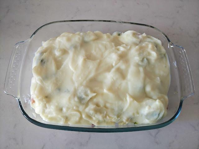 Cubrir verduras con puré de patata