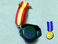 Foto de la medalla en fimo con un tricornio y la cinta con la bandera de España