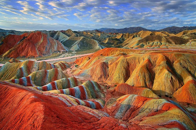 The actual scene is far different from the picture taken in the rainbow mountain