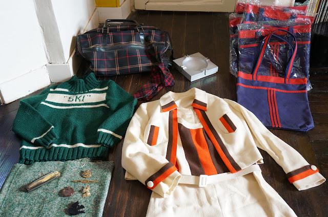 des sacs en toile des années 70 , j'en avais déjà pris un l'année dernière ,  une cravate ecossaise en laine 70s blue red  tote bags