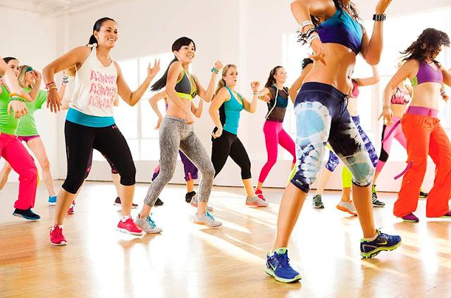 bailar zumba en uno de los ejercicios más divertidos e ideales para quemar esa grasa