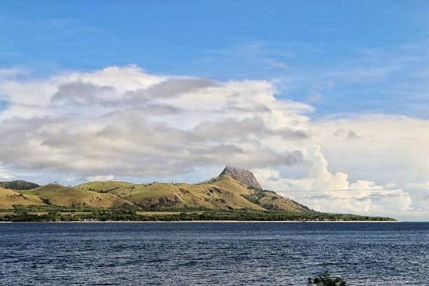 Pulau Mules terlihat di selatan pantai Satar Mese Barat