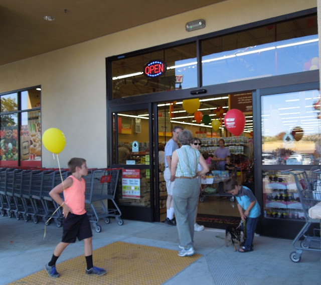 How Does Smart and Final in Paso Robles Compare to the Grocery Outlet?