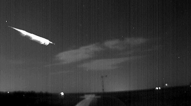 se ve una gran luz en el cielo de España con explosiones, viernes 8 julio