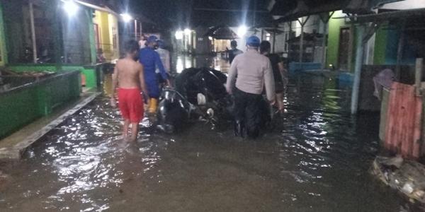 Banjir Rob Rendam 5 Pedukuhan, Personil Polsek Batang Kota dan Satpolairud Bantu Evakuasi Warga Terdampak