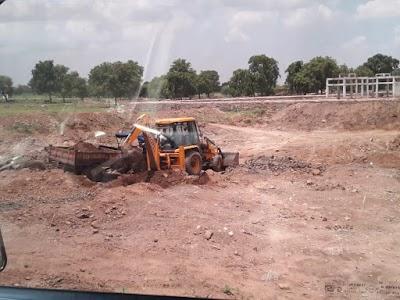 मजदूरों की जगह मशीनों से हो रहा काम, मजदूरी के लिए इधर-उधर भटक रहे ग्रामीण | Dinara News