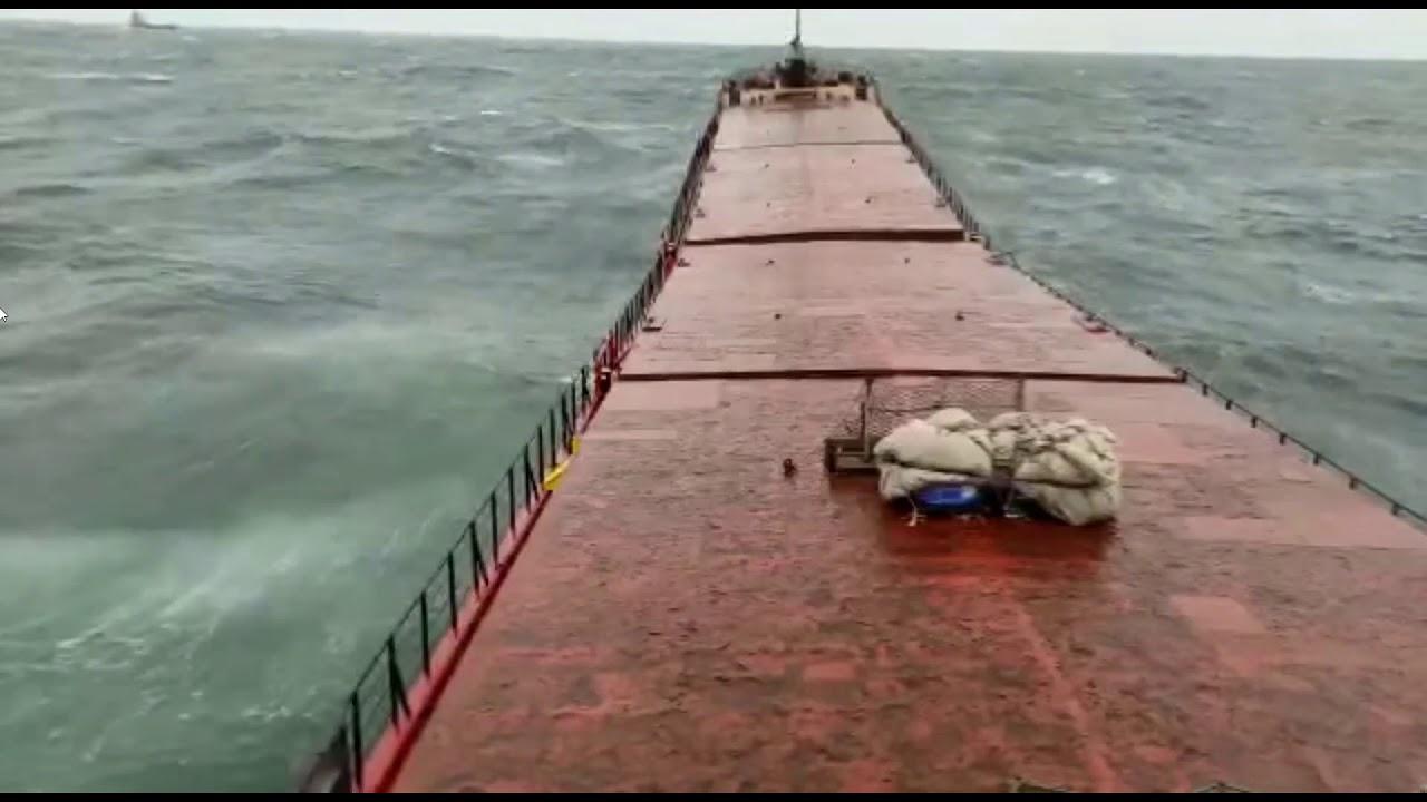 غرق سفينة في البحر وانقسامها لنصفين