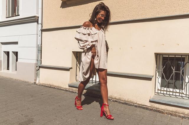 Beżowa sukienka oversize - Czytaj więcej