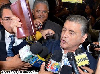 Pastor Evelio Reyes saliendo de juzgado