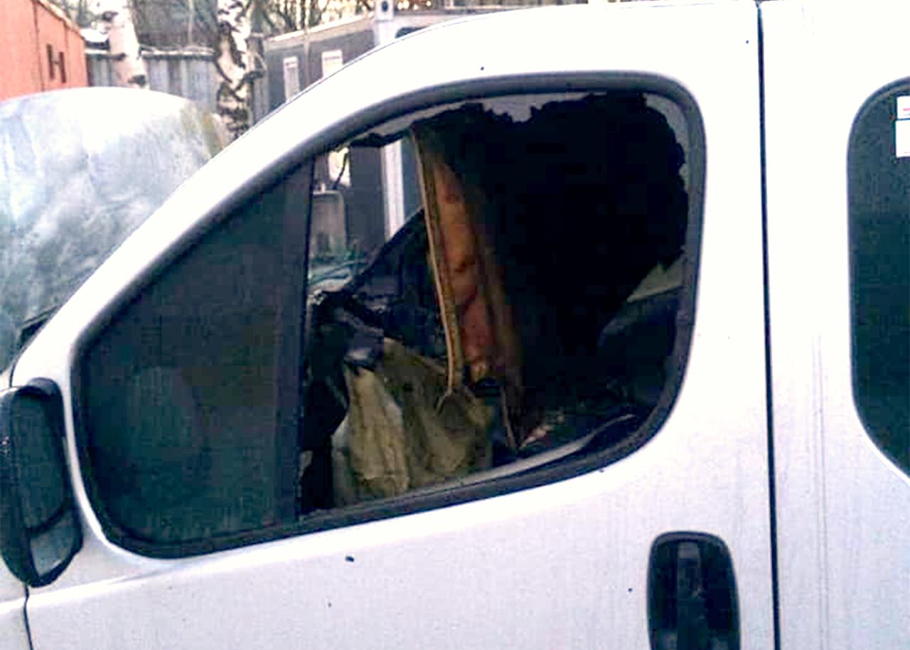 Nodegušā mikroautobusa sānu durvis ar izsistu stiklu