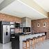 Espaço gourmet rústico e moderno com tijolinhos e cimento + ilha e armários pretos!